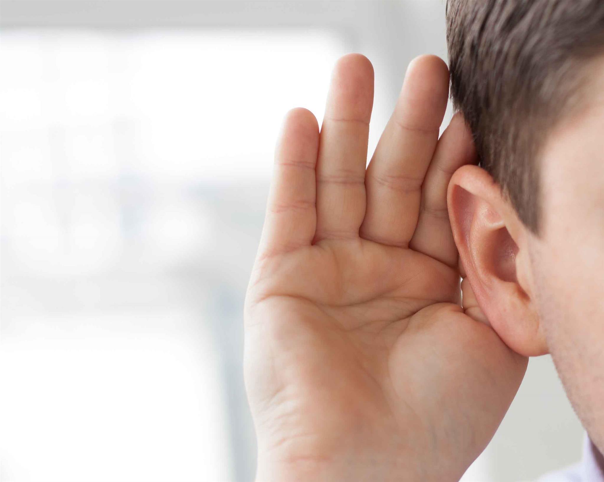 algúem tentanto escutar algo | Brumed