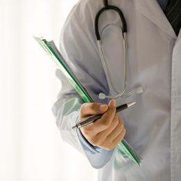 Médico com prontuário em mãos | Brumed