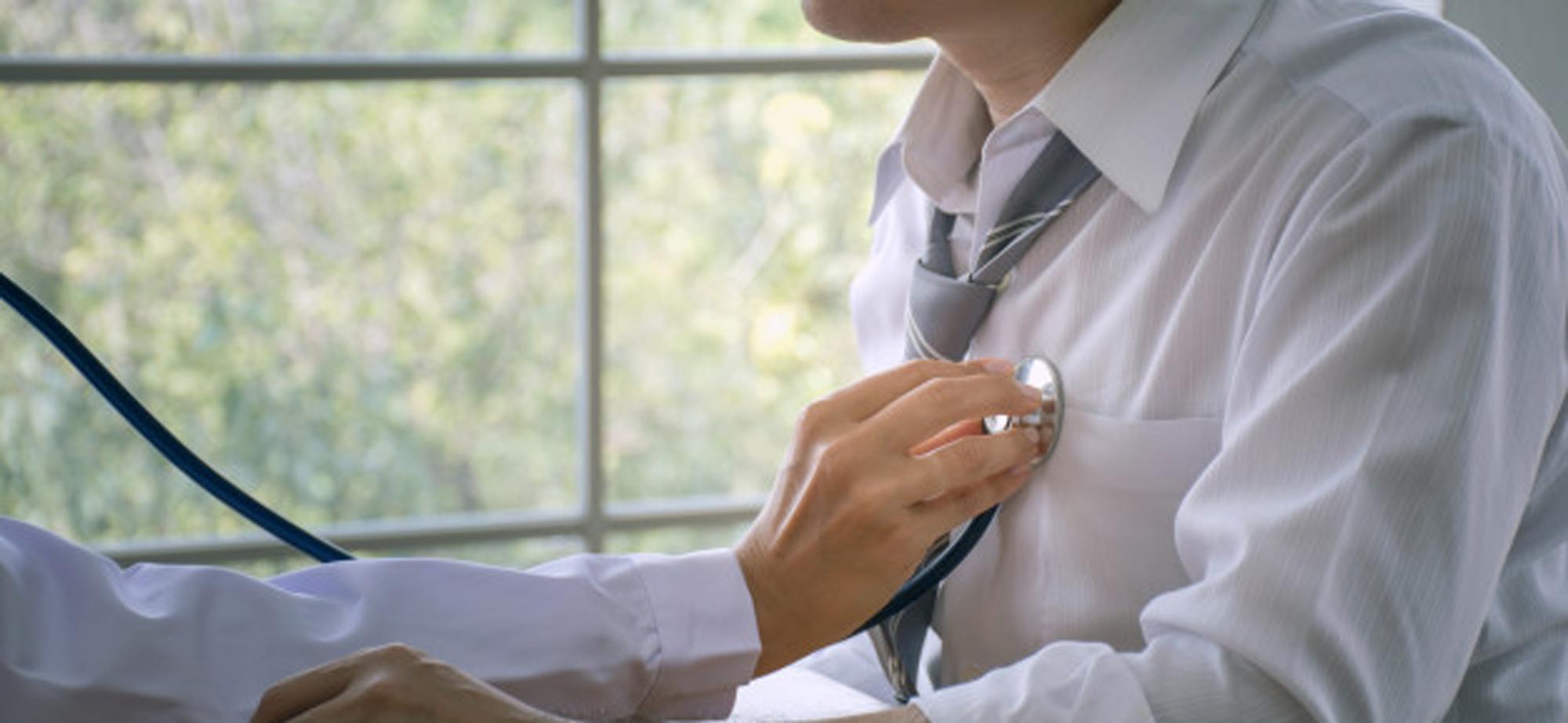 Médico escutando coração do paciente | Brumed