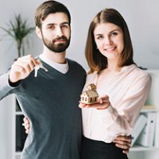 Casal comerando a casa própria | Brumed